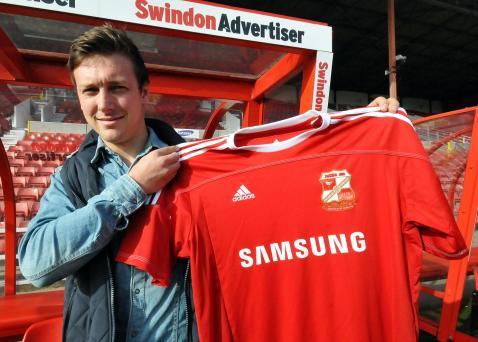 Lee Holmes signs on loan